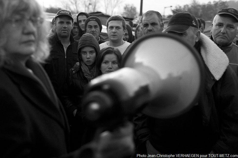 Il est 07h30 à Metz Blida. Après le briefing des personnels de la préfecture et des bénévoles des associations, la nouvelle est annoncée en plusieurs langues grâce à un mégaphone aux réfugiés.