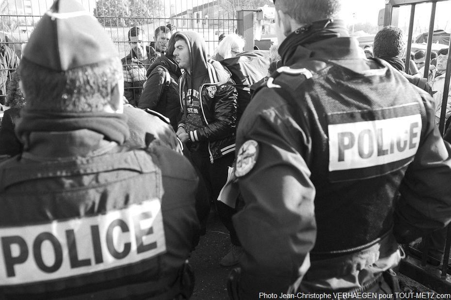 Le départ se passe en présence des forces de police, mais l'ambiance n'est pas à la tension. Il s'agit simplement de s'assurer que tout se passe dans le calme.
