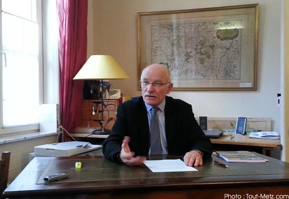 Dominique GROS annonçant sa candidature depuis son domicile le 23 novembre 2013