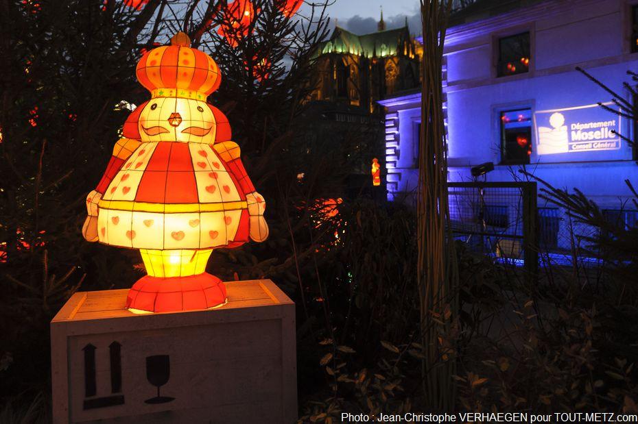 L'Hôtel du Département sera illuminé pendant toute cette période et un sapin de 15 mètres de haut a été installé place de la Préfecture.