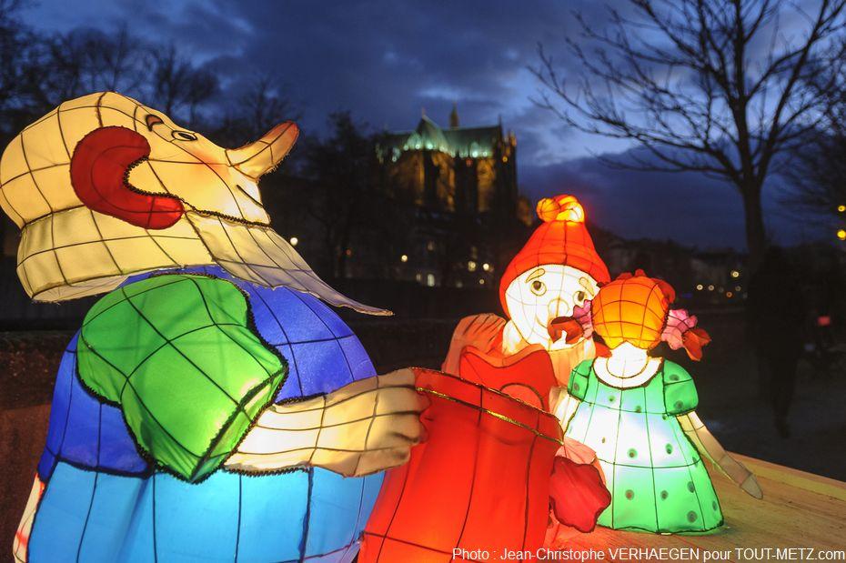 400 lanternes originales, inspirées par les personnages des contes de Noël, s'offrent au regard tout au long d'un parcours magique.