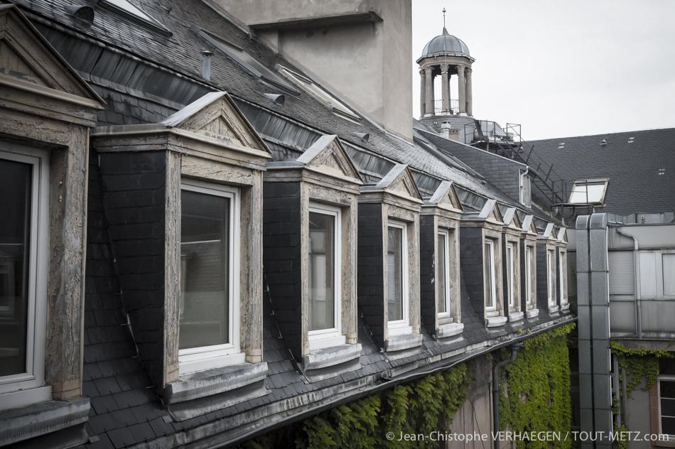Voici le dernier étage, côté cour intérieur, de l'aile la plus ancienne du bâtiment de l'hôpital Notre Dame de Bon Secours. C'est la seule partie qui ne sera pas détruite en 2015. Il n'est plus possible d'accéder à la coupole pour des raisons de sécurité.