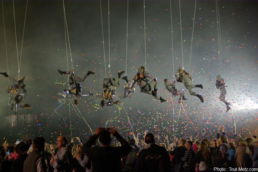 Les rotations du ballet continuent, alternant mobiles en hauteur, lâchers de confettis, rase-motte au dessus de la foule et séances de pied à terre. Pendant ce temps, le spectacle pyrotechnique en met plein les yeux au public qui parfois ne sait plus où regarder.