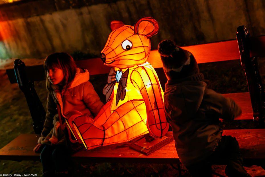 Les lanternes jouent la carte de la proximité, et les enfants sont ravis de pouvoir s'approcher d'elles. De quoi faire des photos souvenir pour plus tard.