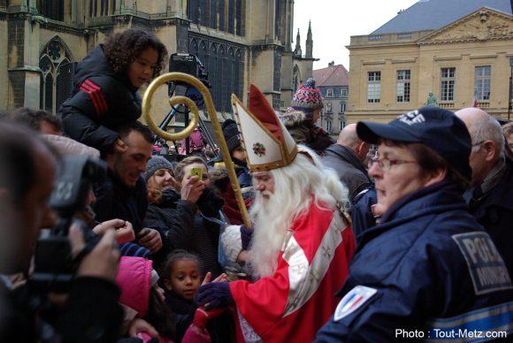 Saint-Nicolas, accompagné du Maire de Metz, prend un bain de foule