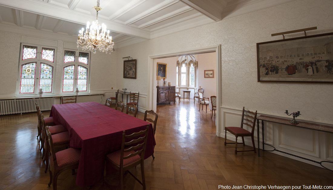 Voici les salons de l'empereur, une partie du bâtiment qui n'est pas ouverte au public lors des journées du patrimoine. Ici se déroulent des réception telles que des repas ou la réception de groupes plus restreints. C'est une suite de pièces en enfilade. Le palais du gouverneur est un lieu de rencontre officiel. En moyenne, 3 réceptions ou visites par semaine l'animent.
