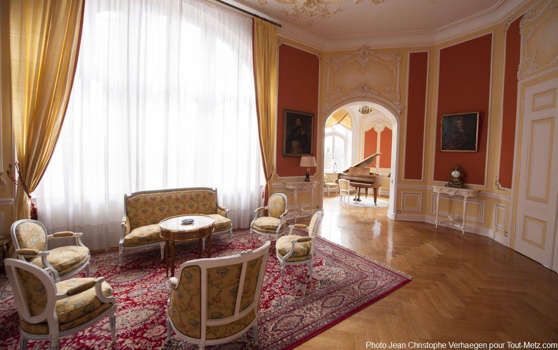 Voici le salon aux oiseaux. Le rez-de-chaussée du palais du gouverneur est une enfilade de pièces parfaitement adaptée à la mission réceptive des lieux. Du temps de l'empereur Guillaume II, certains bals on compté jusqu'à 800 convives.