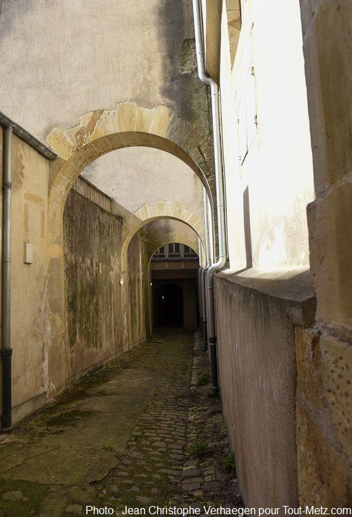 Lorsque l'on quitte l'ancienne église terrain de tennis, on se retrouve dans cet étroit passage, qui n'est rien d'autre que l'une des plus anciennes rues de Metz. Probablement la plus ancienne préservée ainsi depuis le moyen âge. Elle n'est pas accessible autrement. Photo : Jean Christophe Verhaegen, 7 avril 2015