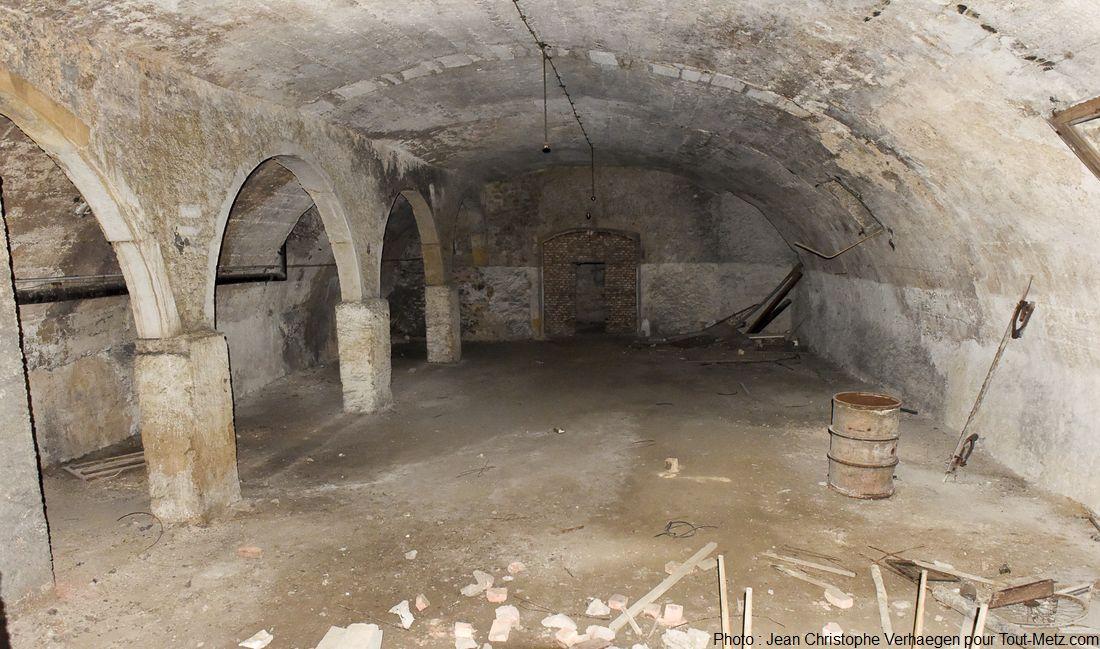 Au fond d'une série de pièces anodines en enfilade, se trouve une porte fermée à clé. Derrière cet huis se trouve l'accès à une salle intermédiaire depuis laquelle part un souterrain qui servait d'issue de secours et de fuite en direction de la Moselle. Photo : Jean Christophe Verhaegen, 7 avril 2015