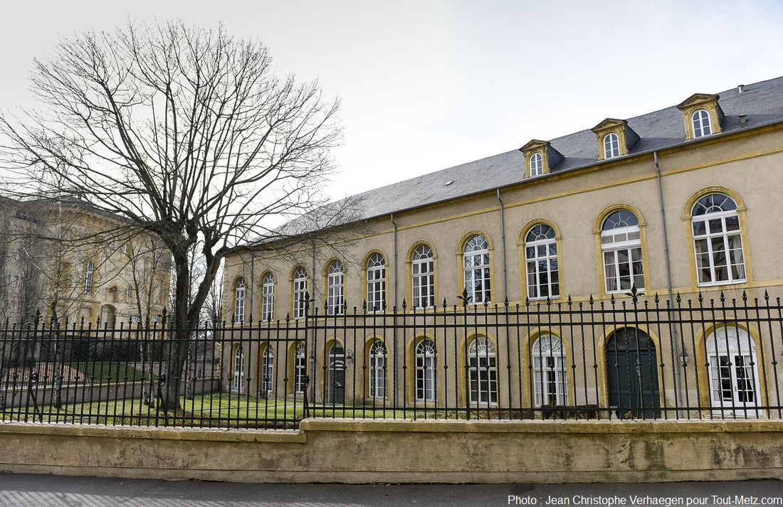 Voici la façade du bâtiment telle qu'on peut la découvrir depuis la rue aux ours. Au second plan, on devine l'une des ailes du tribunal de Metz. Photo : Jean Christophe Verhaegen, 7 avril 2015