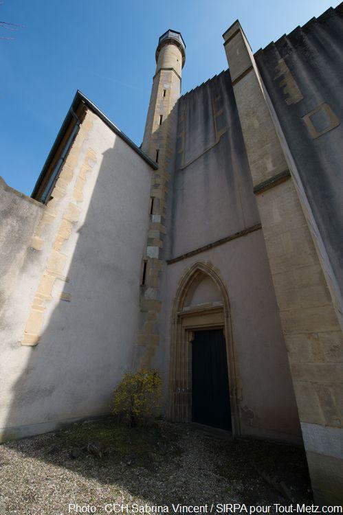 Nous sommes au pied du bâtiment portant la tour surélevée. Au-dessus de la porte se trouvait une pieta, emmurée vers 1794, qui ne fut retrouvée (intacte et en couleurs) qu'en 1990 lors de travaux de réfection. Laissée à l'air libre, elle fut déplacée à l'intérieur de l'abbaye pour éviter qu'elle ne s'abime (voir autre cliché). Photo : Sabrina Vincent (SIRPA), avril 2015