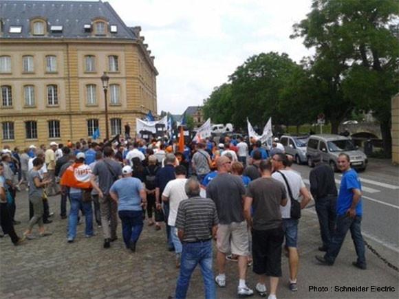 Plus de 200 salariés de Schneider Electric dans les rues de Metz pour manifester