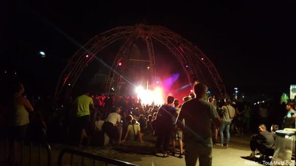 Des dizaines de milliers de personnes se sont rassemblées autour de la structure métallique de la compagnie Gratte-Ciel. 29 août 2015
