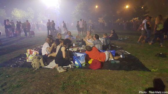 Le spectacle est terminé, mais pas la soirée. Le pic-nique débuté de jour se poursuivra bien après la fin du feu d'artifice clôturant la soirée. 29 août 2015