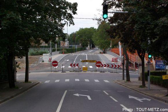 Vu depuis la rue Laurent Charles Maréchal qui descend de Queuleu dimanche 6 septembre 2015, les grilles interdisent encore pour quelques heures, l'accès pont Lothaire