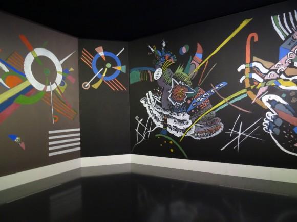 """Reconstitution du """"Salon de réception"""" de Kandinsky, élaboré par l'artiste et ses élèves en 1922."""