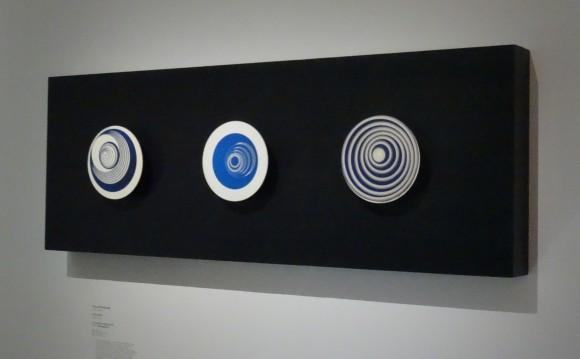 """Posés sur un gramophone, les """"Rotoreliefs"""" de Duchamp sont constitués de simples disques de carton."""
