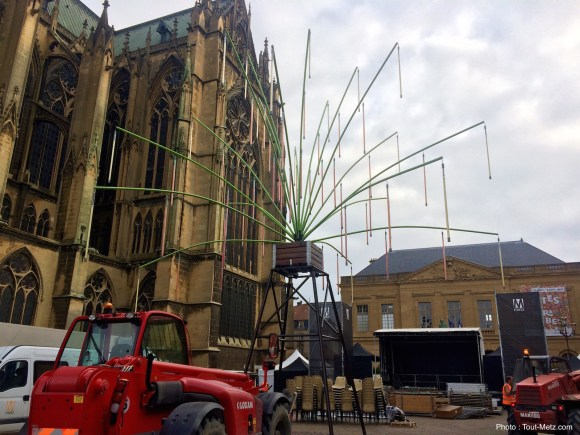 L'arbre numérique s'installe au coeur du Village de la Mirabelle sur la place d'Armes, vendredi 19 août 2016 à Metz.