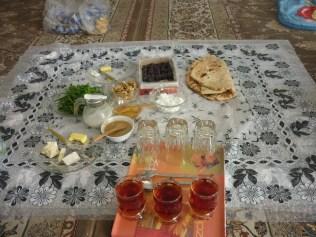 Les supers petit dejeuners iraniens .... pate de sesame et de miel, the, fromage, pains, dattes fondantes et sucrees...