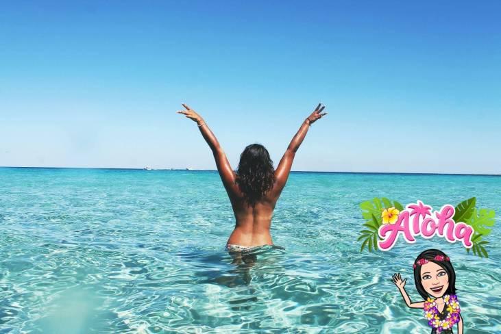 femme dans la mer tropicale
