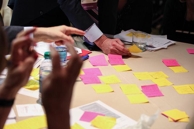 Den klassiske brainstorm med masser af post-its som på billedet her bliver kritiseret for at føre til ideer af for lav kvalitet.