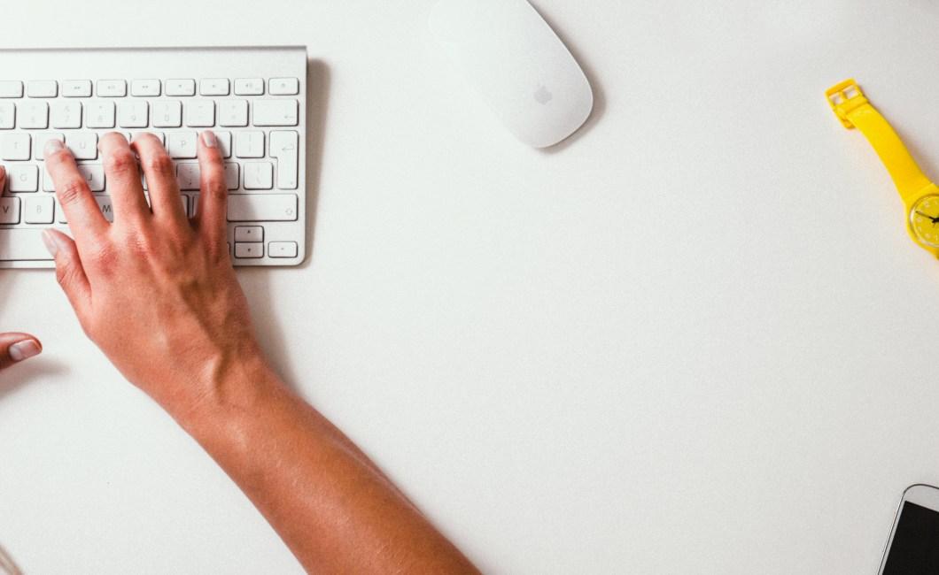 Feedback hvornår? hænder på tastatur.