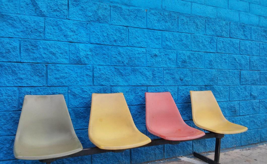 Fokusgruppens fire roller: fire stole i forskellige farver
