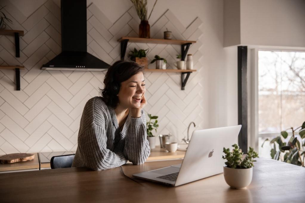 Kvinde deltager i onlineinterview vha. videotelefoni.