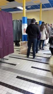 3. On va dans un isoloir pour voter.