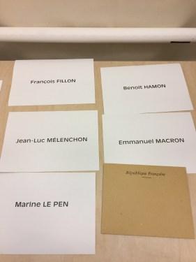 4. Dans l'isoloir, on vote pour son candidat. On met le bulletin dans l'enveloppe. C'est super facile!