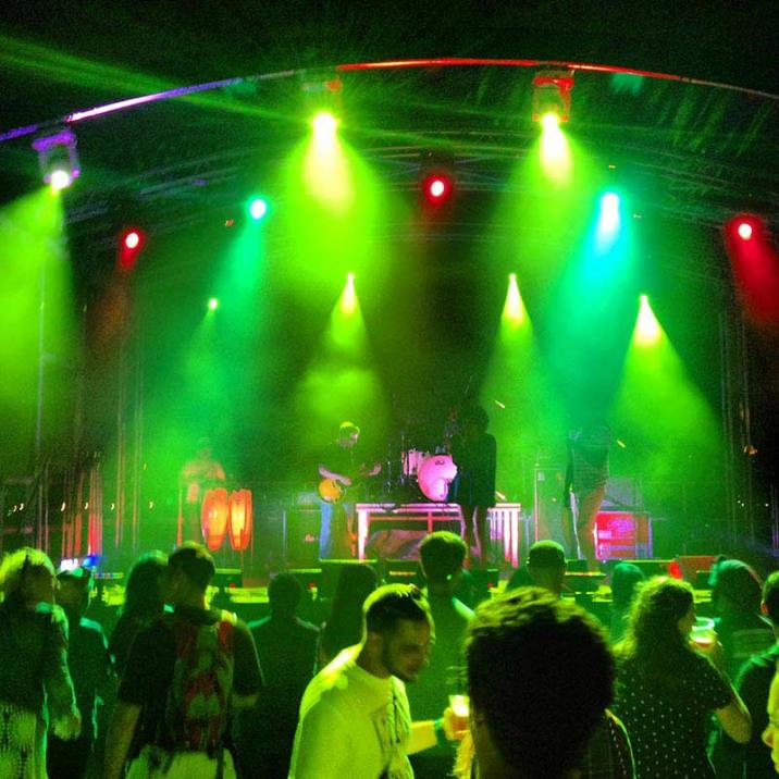 Outdoor-mobile-staging-with-truss-lighting