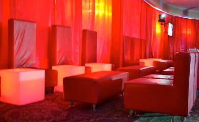 Remis-bat-mitzvah-with-red-lounge-furniture-and-illuminated-cubes