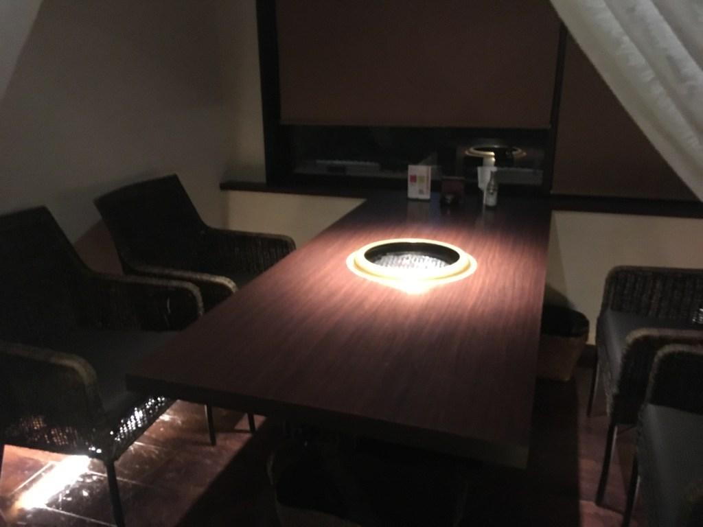 富山駅前店のテーブル席
