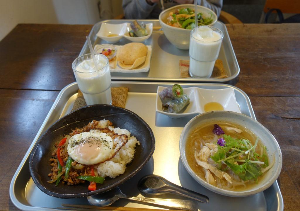 絲Cafeのランチ(ガパオ、コンビー、フォー、ラッシー、生春巻き)