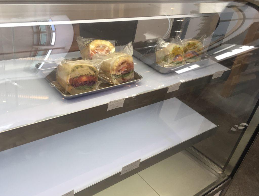 テイクアウト用のサンドイッチ