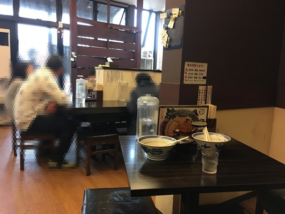入口付近のカウンター風テーブル席
