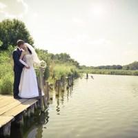橋の前で幸せを誓う新婚カップル