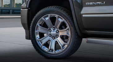 Photo showing 22 inch aluminum wheels with chrome accents on the 2017 Sierra 1500 Denali Ultimate light-duty truck.