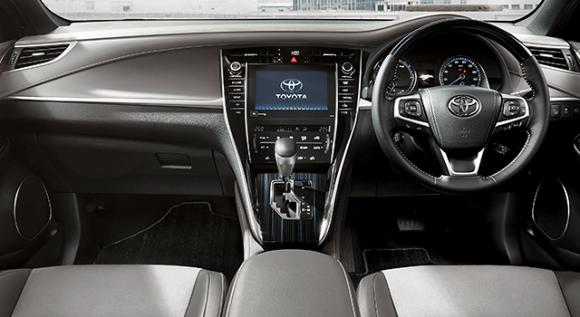 """特別仕様車 PREMIUM""""Advanced Package・Style ASH""""(ハイブリッド車)[ベース車両はPREMIUM""""Advanced Package""""(ハイブリッド車)]。ボディカラーのブルーメタリック〈8T7〉は特別設定色。オプション装着車。"""