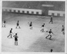 Foto antiga de um jogo de futsal