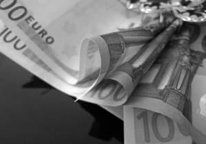 O capitalista acumula capital, que é o simbolo que é o simbolo maior de poder, de prestígio e status social