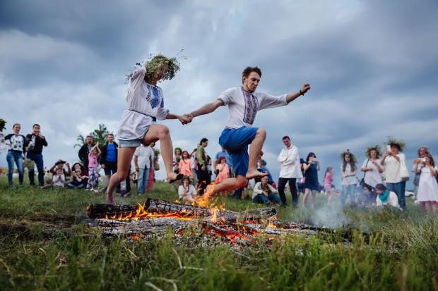 Jovens pulam fogueira na celebração da Kupala, na Ucrânia.