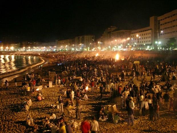 Noche de San Juan em Porto Rico. Podem-se ver as tradicionais fogueiras.