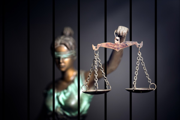A pena para crimes de feminicídio pode chegar a 30 anos de prisão.