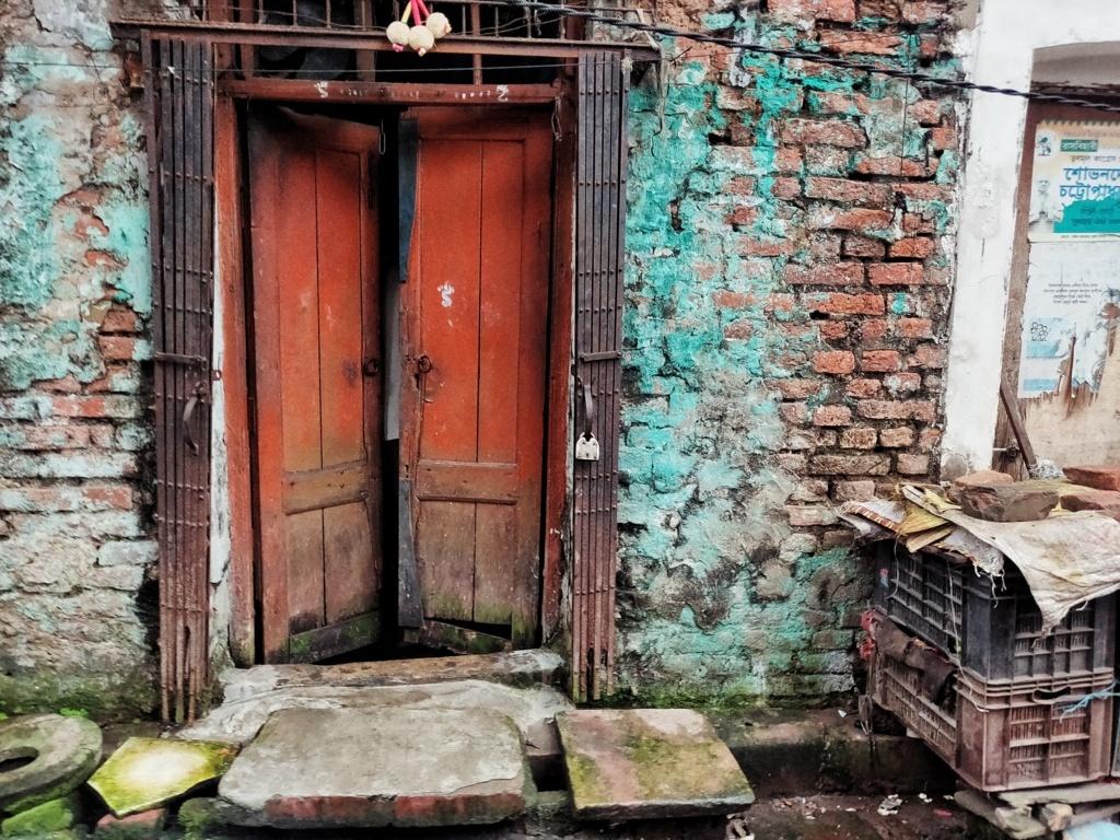 Trabloggers_ kolkata street photography colourful door
