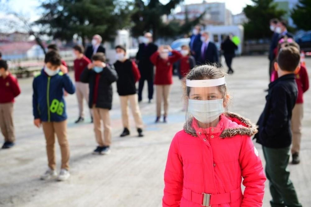 Trabzon'da öğrenciler kolbastı eşliğinde sınıflarına girdi