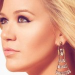 "Kelly Clarkson faz performance de ""Piece by Piece"" no American Idol"