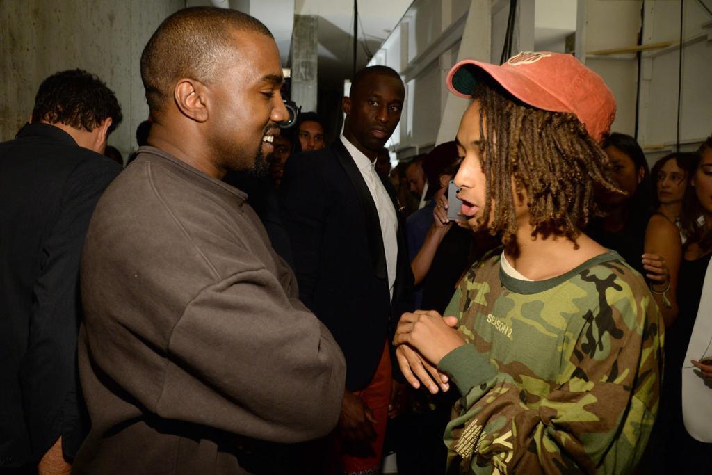 Foto de Kanye West e Jaden Smith, há alguns anos. O rapper Kanye conversa com Jaden.
