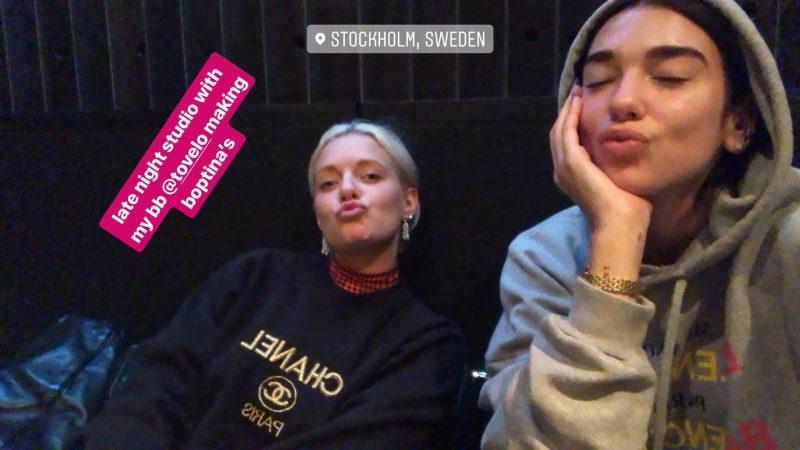 Dua Lipa e Tove Lo, em foto durante uma sessão em estúdio de gravação para o novo disco de Dua.