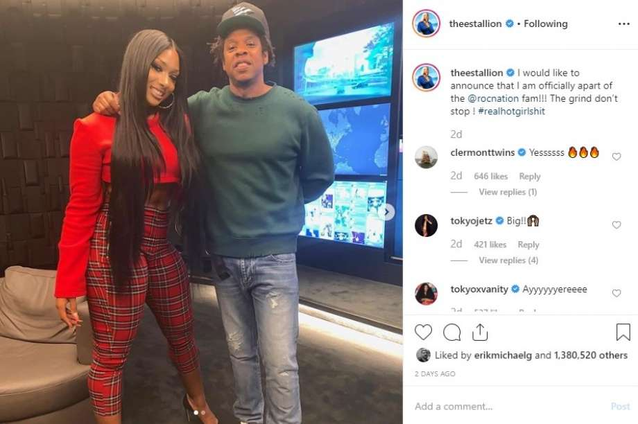 Megan Thee Stallion com Jay-Z, quando a rapper assinou com a gravadora Roc Nation.